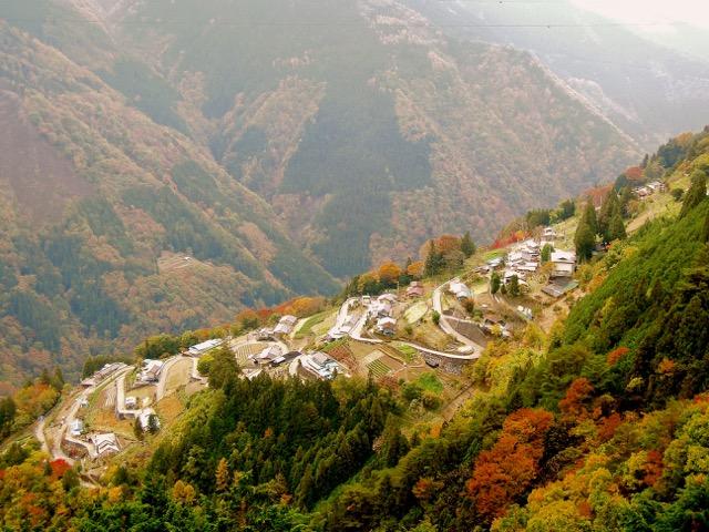 山あいの集落。