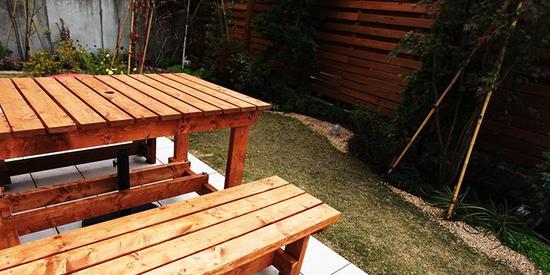 木製テーブルとベンチ
