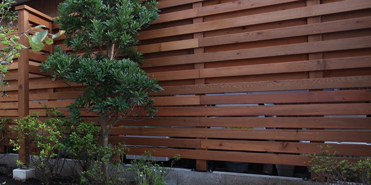 両面張りの木製フェンス