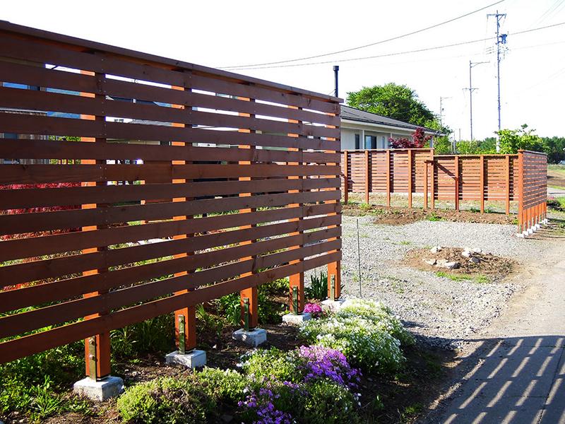 敷地を囲う木フェンス