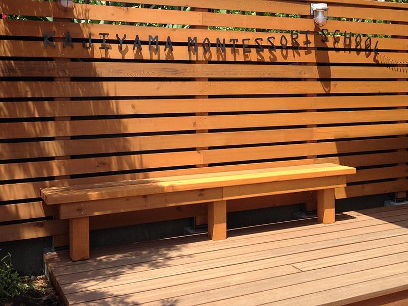 木製フェンスとベンチ