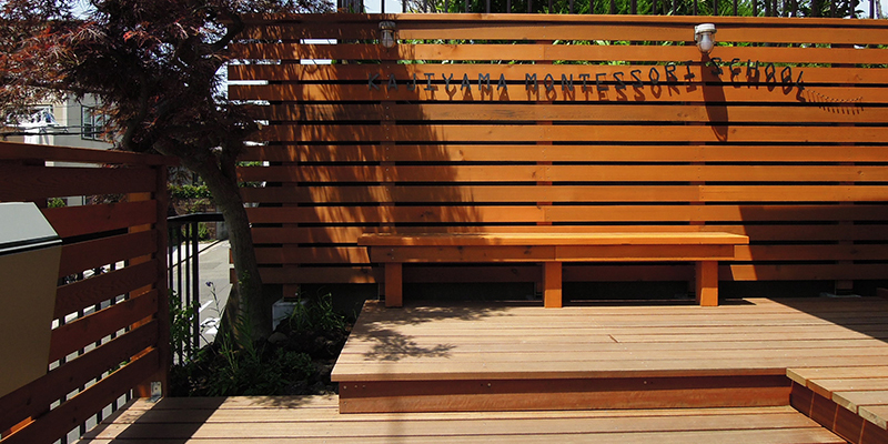 デッキと木製フェンス