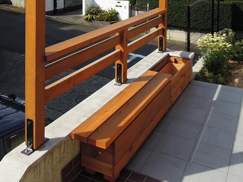 木製プランターとベンチ
