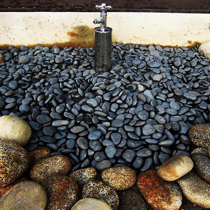 砂利を敷き詰めた水場