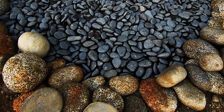 自然石と那智黒砂利の水場