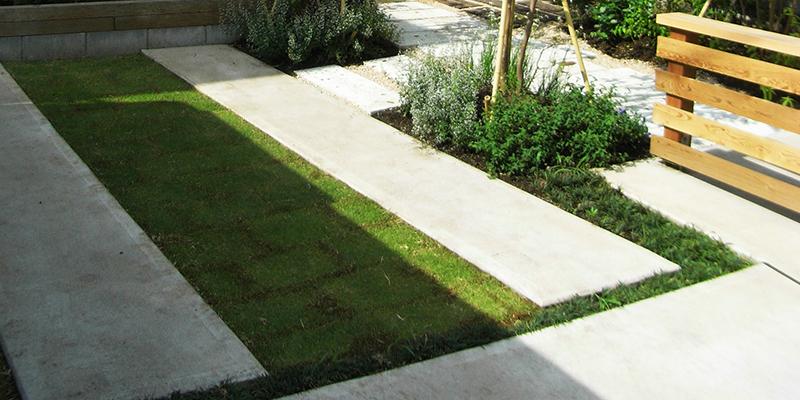 コンクリート舗装と芝生