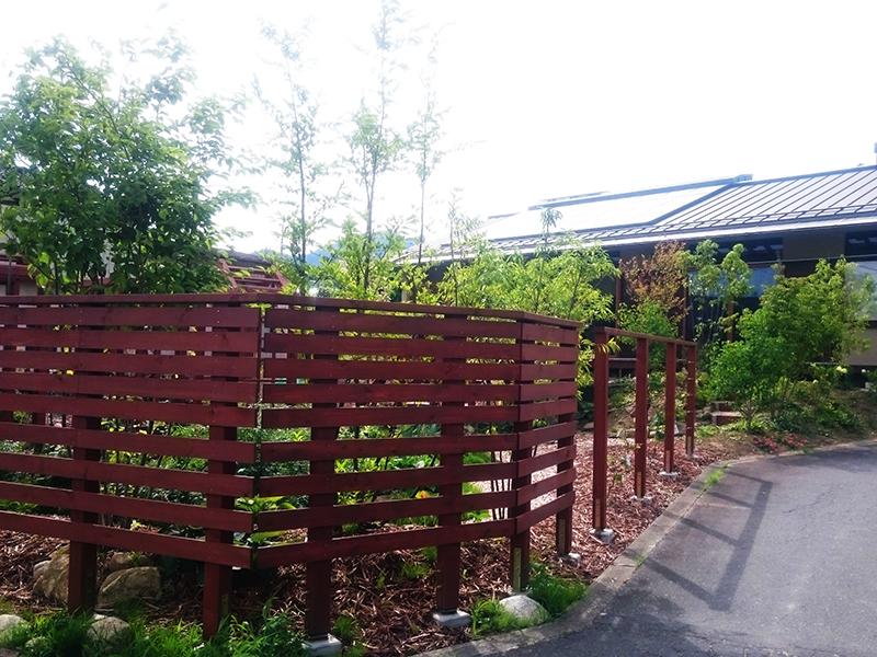 木フェンス越しの庭