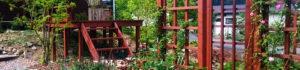 高低差のある庭をつなぐウッドデッキ桟橋