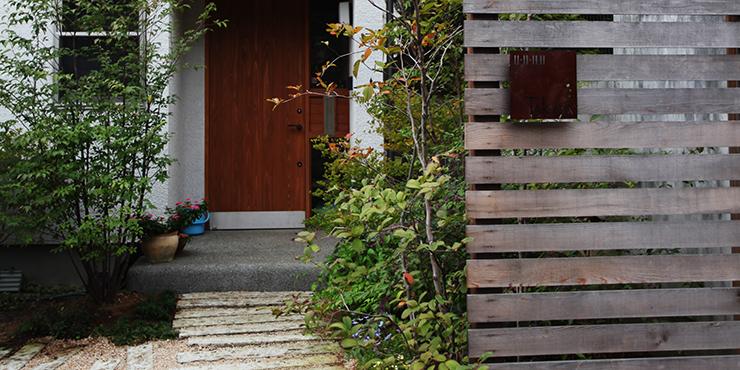木製門柱とアプローチ