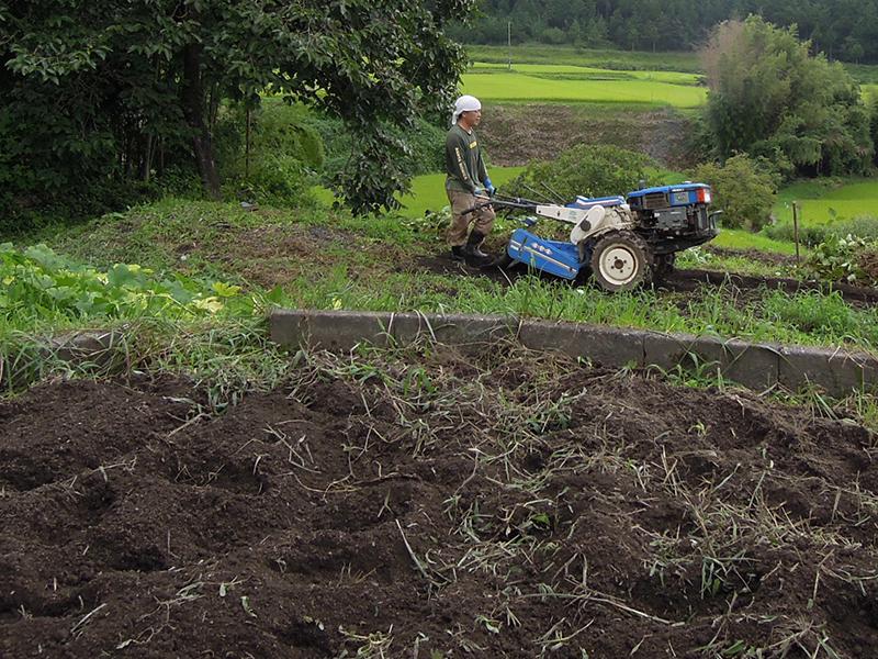 耕運機を使って耕す