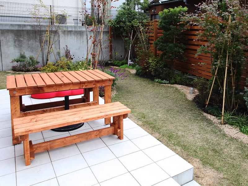 木製ベンチとテーブル